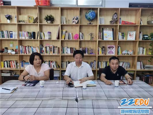 副校长高勤华(中)、于蓉(左一)、焦火锡(右一)参加座谈