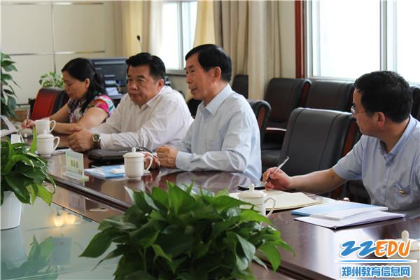 中国流通行业管理政研会党委书记张长杰(右二)交流行业发展和人才培养