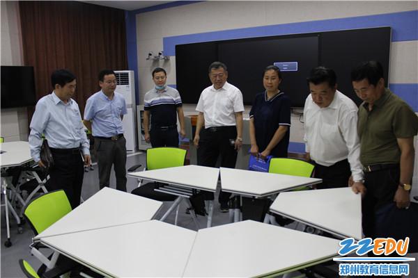 调研组来到智慧教室了解学校办学设施情况