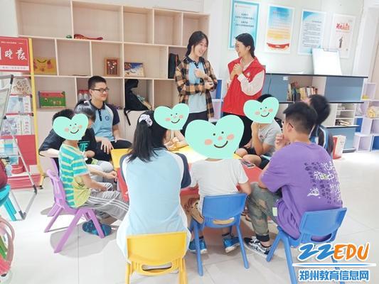 1郑州市第十九高级中学王利明老师和学生自愿者进行自我介绍