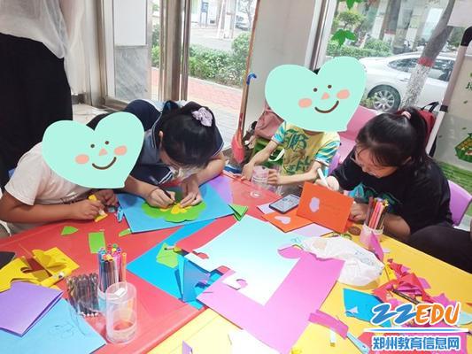 2学生自愿者教孩子们做手工 (2)