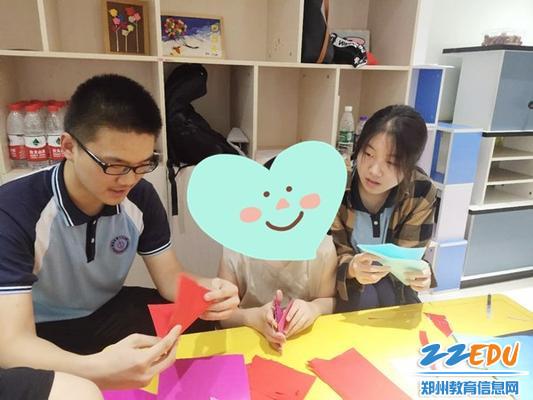 2学生自愿者教孩子们做手工