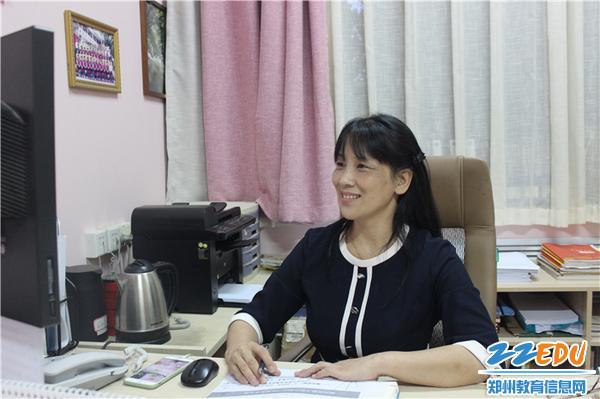 """07.党支部书记、园长陈春进行《""""阳光教育""""立德树人》的文化介绍"""