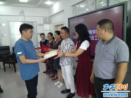 副校长谢涛为家委会成员颁发聘书