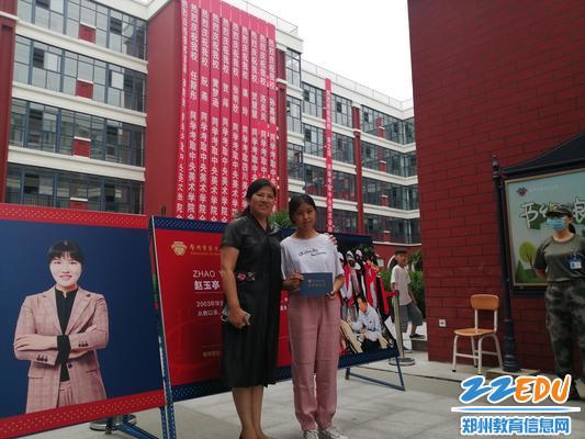 1校长段亚萍和第一个报名的学生合影留念