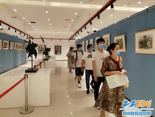 9参观艺术展厅