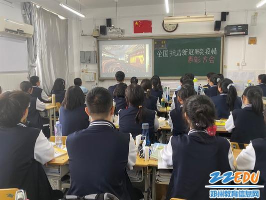 学生利用课间休息时间观看直播