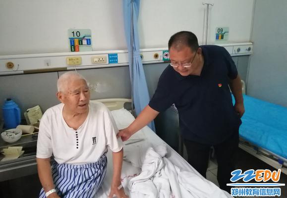 党委书记邵元辉叮嘱老干部注意身体