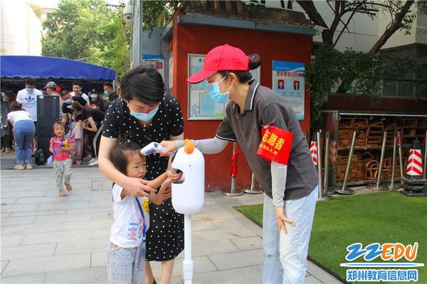 4市實驗幼兒園園長郝江玉每天參與接孩子入園
