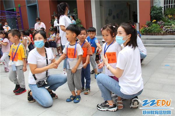 11小班孩子等待家長放學