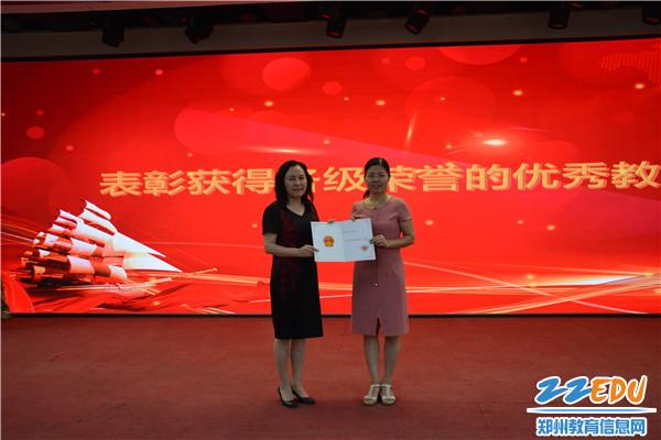 3 42中党总支书记、校长于红莲为获奖教师颁奖