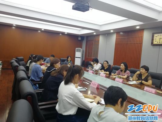 郑州八中教务主任雷炀宣读拜师结对名单