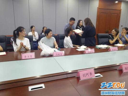 郑州八中政教主任甘铁权颁发聘书