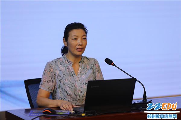 5地理教研组长王丽平老师作汇报