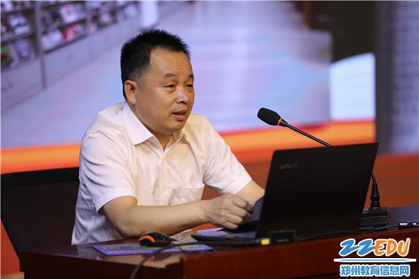 8图书馆馆长陈俊峰老师作汇报