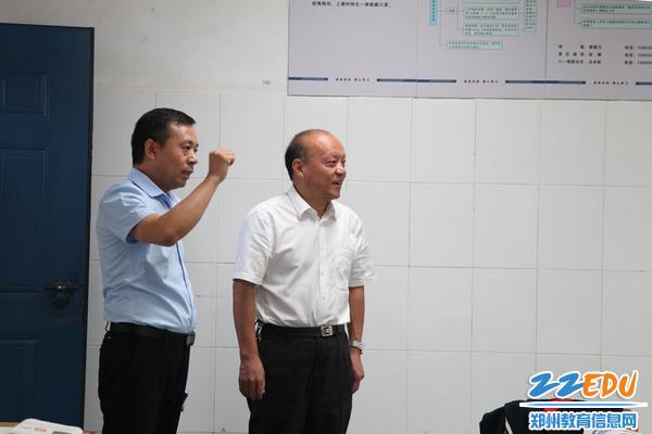 郑东新区教文体局局长田国安查看教室环境