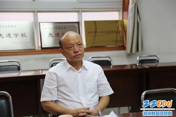 郑东新区教文体局局长田国安听取学校工作汇报