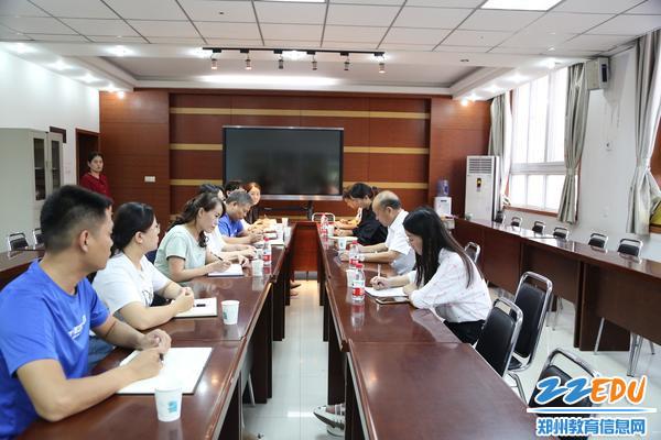 郑东新区教文体局局长田国安与学校班子成员座谈