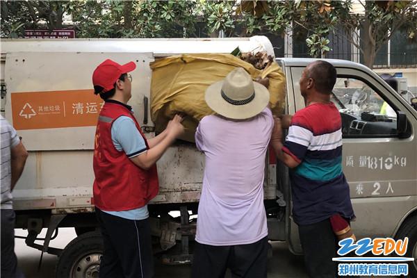 4与环卫工人一起清理垃圾
