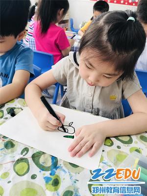 孩子们正在用画笔感恩农民伯伯的付出