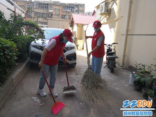 老师们清扫垃圾死角