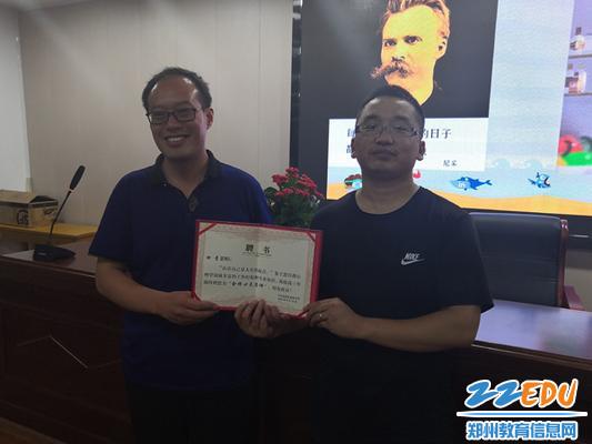12校长助理、教务处主任王亚飞为田青老师颁发聘书