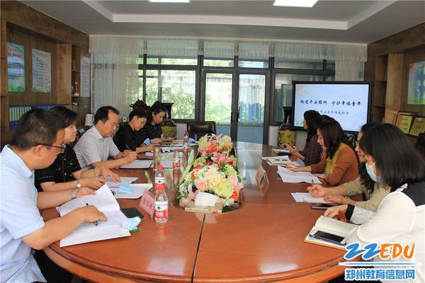 1.郑州市实验幼儿园党总支书记张莉向检查组领导汇报安全工作情况