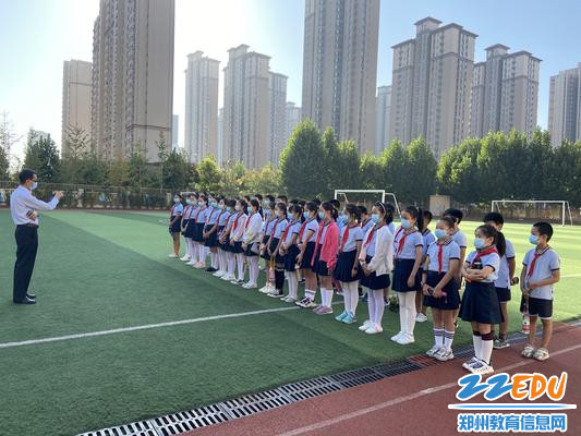 4李天顺校长对学生参观高炮师训练基地前的叮嘱