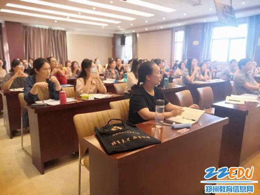 5郑州市扶轮外国语学校的班主任认真听讲