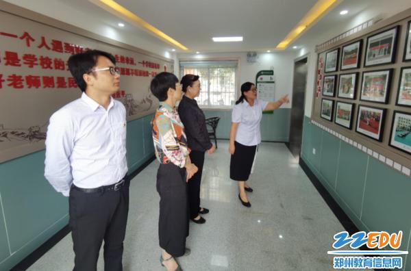 7 校长李宇红陪同评估验收小组领导实地考察