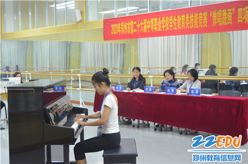 选手展示钢琴演奏技巧
