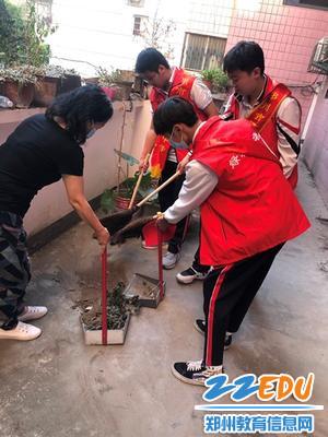 郑州24中团员志愿者帮助居民打扫卫生