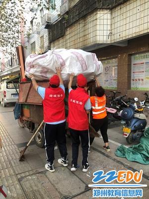 回校途中帮助环卫人员整理废品