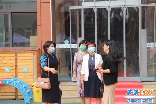 1.园长陈春为市妇幼王院长一行介绍幼儿园环境·