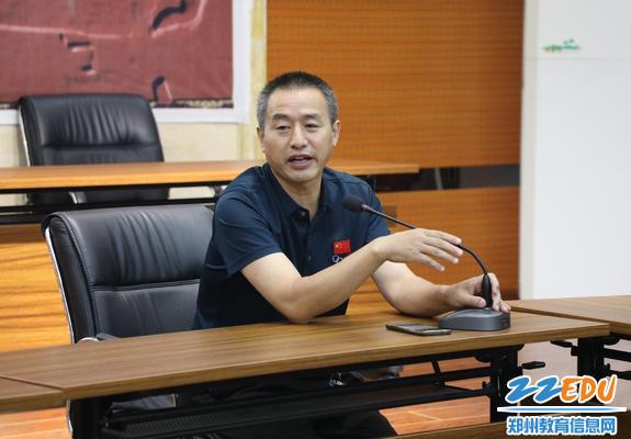 郑州九中副校长陈晓针对学生代表的发言给予肯定或开导
