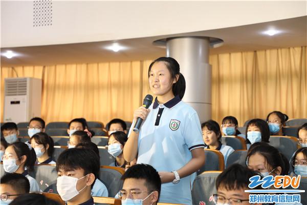 10同学们积极提问求教 现场气氛热烈