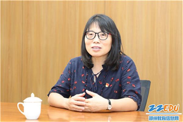 """2郑州11中党委杨志娟书记作为""""老团干""""和团委书记们进行交流"""