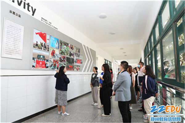 3验收小组实地验收学校共青团宣传阵地建设
