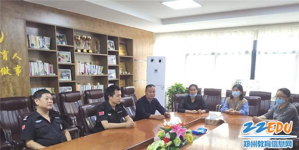 0.郑州市实验幼儿园成立反恐防暴工作小组,演练前召开了反恐防暴安全会议