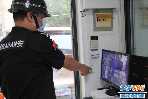 """2.""""歹徒""""来袭,保安人员及时按下一键报警装置"""