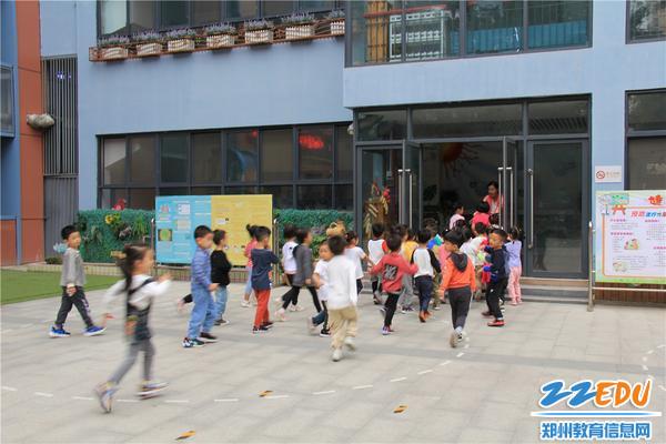 6.教师迅速按演练预案的疏散路线带领幼儿就近到教室躲避