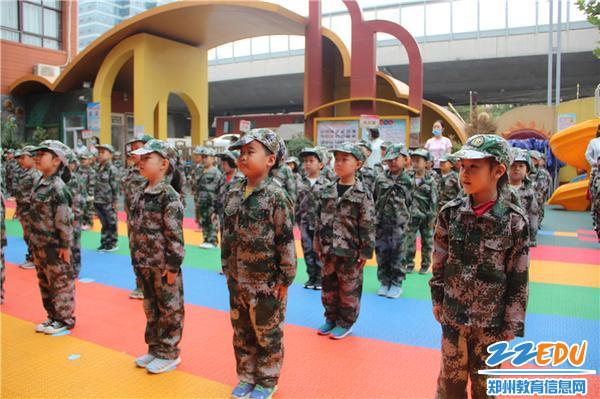 1.孩子們站姿挺拔,莊嚴地等待升旗儀式開始