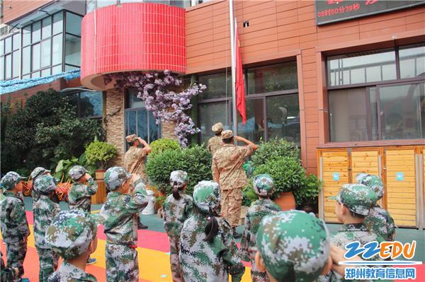 3.五星紅旗,承載著先輩們的努力和犧牲,孩子們面向國旗行注目禮