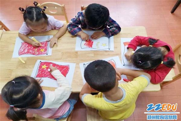 小班幼儿为国旗涂颜色