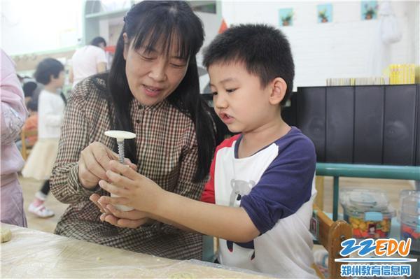 5.黨支部書記、園長陳春和孩子一起發現總結做好月餅的方法