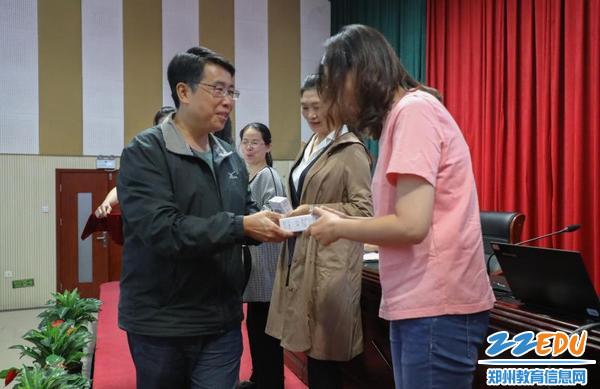 孙红保主任为获奖老师颁奖