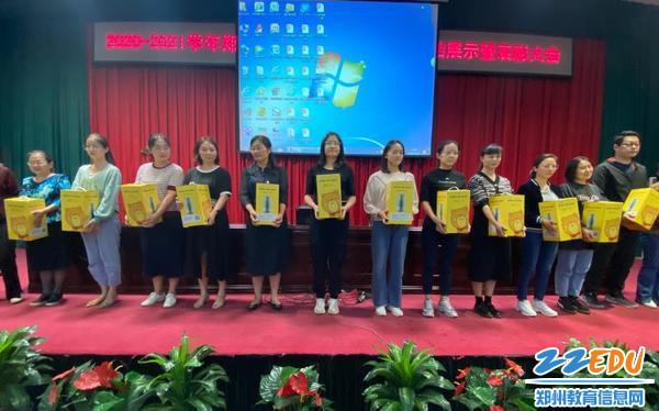 教学质量月表彰大会获奖老师合影