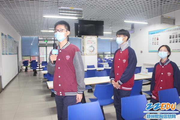 郑州18中小记者走进餐厅
