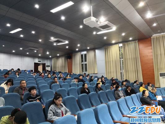 全体老师参与此次教学工作会议并认真聆听