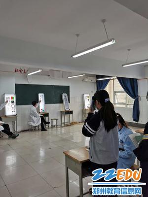学生进行视力检测